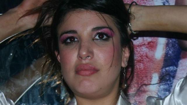 Andrea Rincón con una sustancia blanca en la nariz
