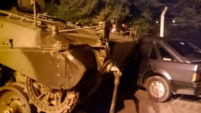 Insólito: un tanque de guerra aplastó a un auto en Entre Ríos
