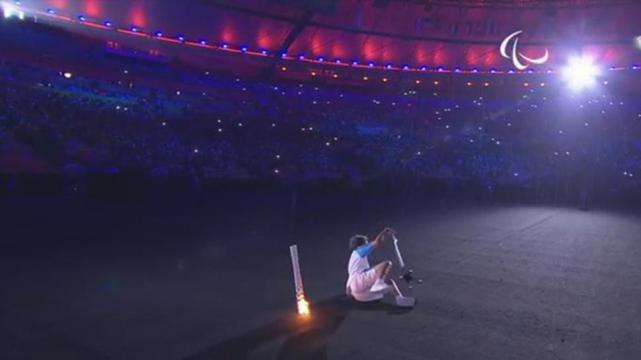 Atleta de Juegos Paralímpicos cae con antorcha olímpica, se levanta y sigue