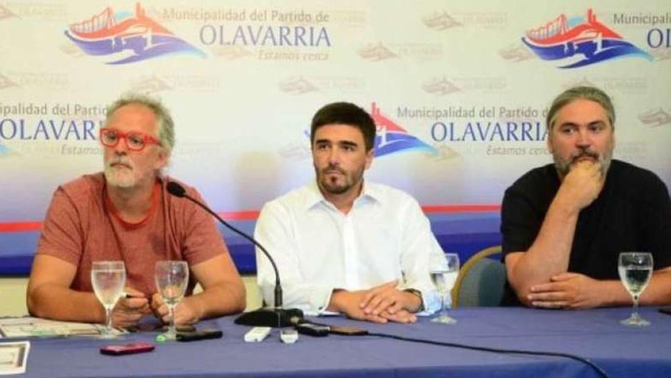 Matías y Marcos Peuscovich junto al intendente de Olavarría Ezequiel Galli (al centro) en una conferencia de prensa. FOTO TOMADA DE CLARIN.COM
