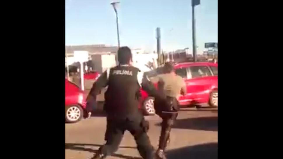 Un policía azotó a una mujer semidesnuda en plena calle