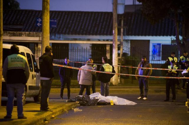 EL LUGAR. Los efectivos quedaron tirados uno al lado del otro en la calle. la gaceta
