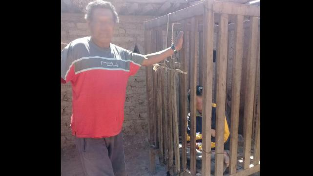 Un niño con problemas mentales vive encerrado en una jaula — Salta