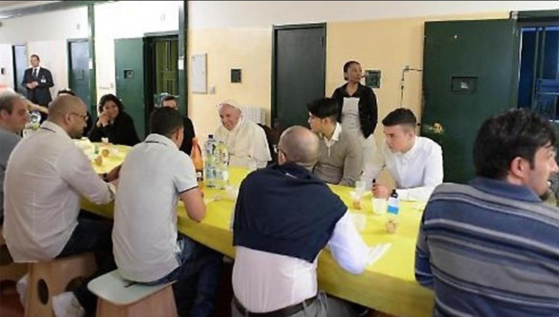 Papa Francisco invitó a comer a 20 presos y dos se fugaron