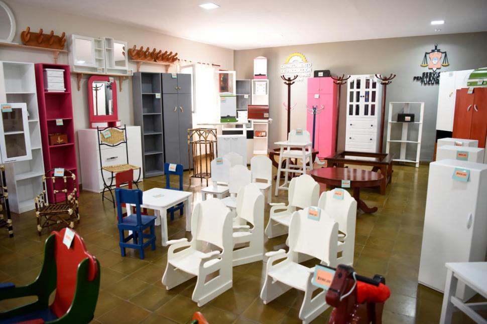 Presos del penal de villa urquiza fabrican muebles para for Muebles de oficina tucuman 1564