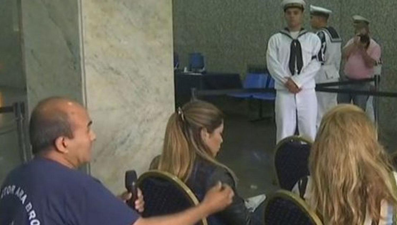 Un familiar interrumpió la conferencia de prensa de la Armada para pedir respuestas