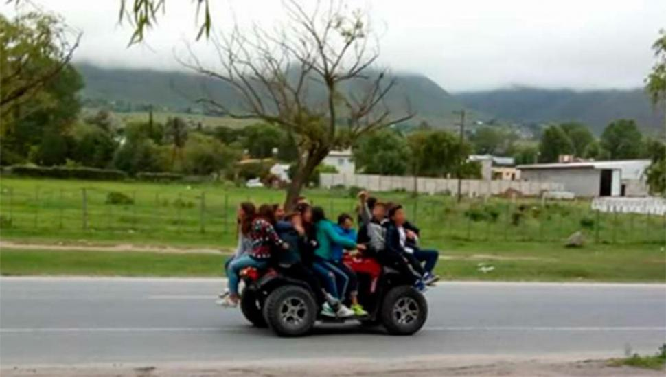 Más de 10 personas arriba de un cuatriciclo en una ruta — Imprudencia
