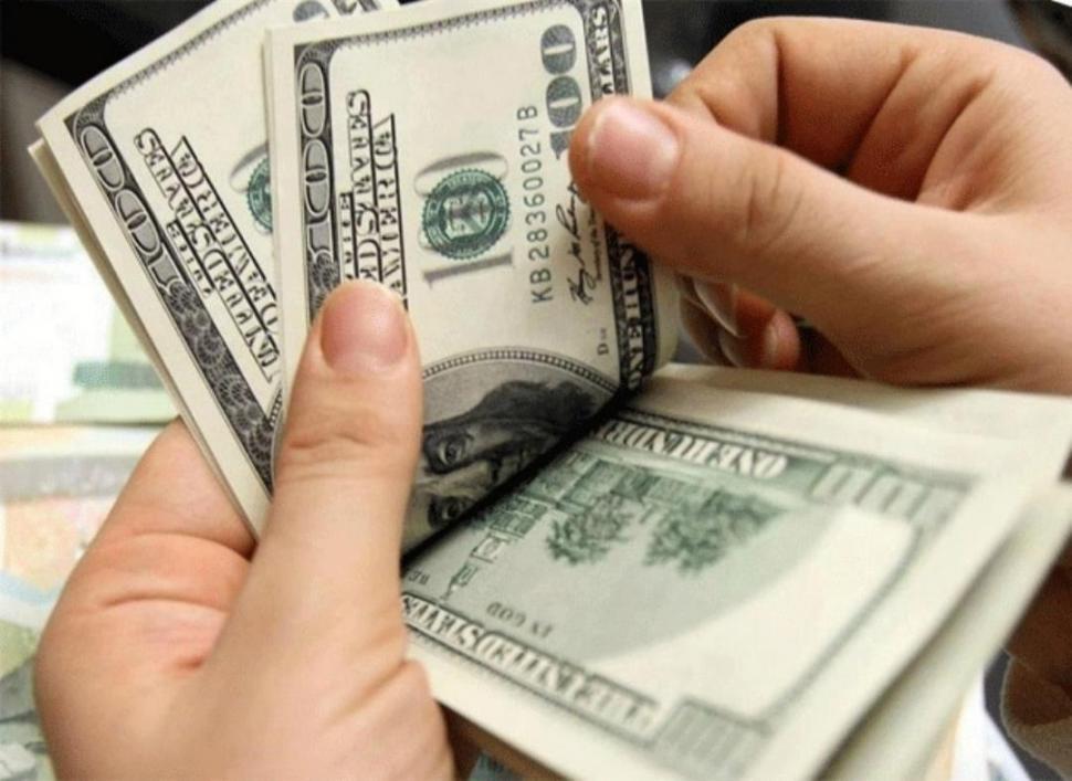 Dólar sube al inicio de sesión en medio de desempeño regional volátil