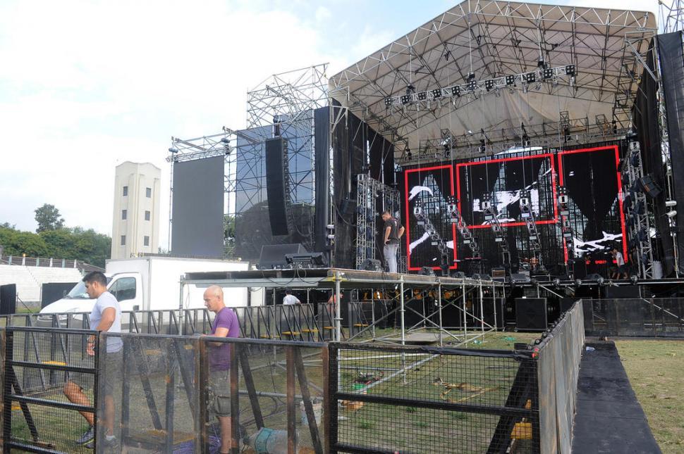 Viejas Locas no tocó y los fans prendieron fuego el escenario — Escándalo