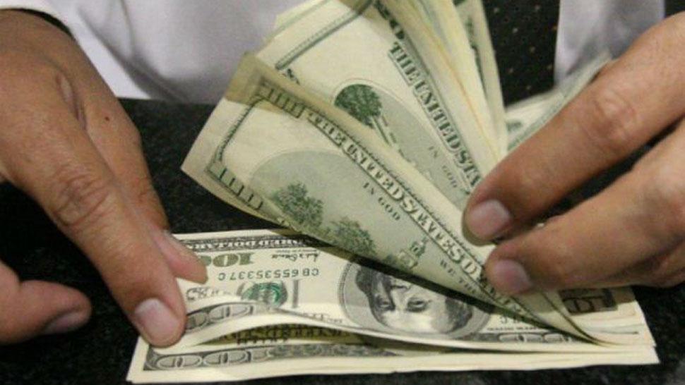 El dólar bajó 70 centavos, cerró a $22,28