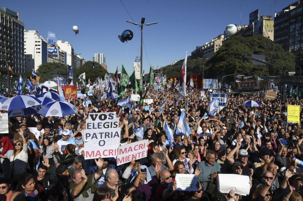 Masiva concentración en el Obelisco en rechazo al acuerdo con el FMI