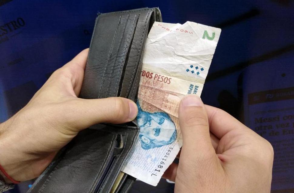 Oficial: el jueves dejan de circular los billetes de dos pesos