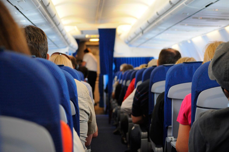 Mujer busca en redes sociales a compañero de vuelo tras enamorarse