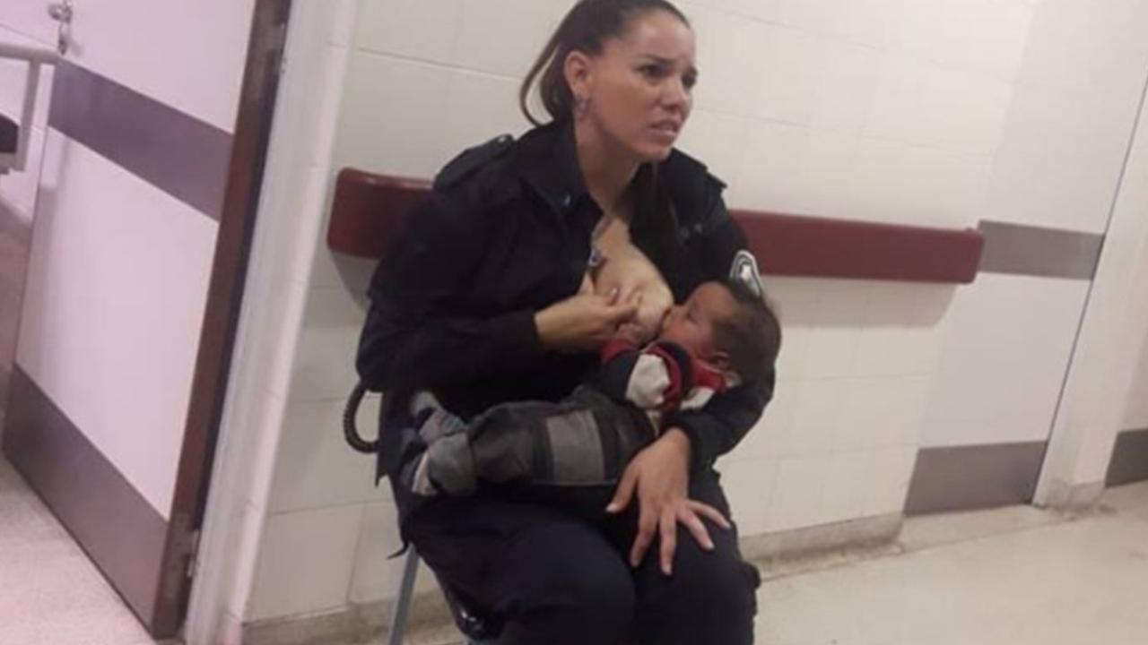 Heroína, policía amamanta a bebé que no conoce para tranquilizarlo