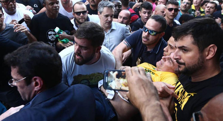 Apuñalan al candidato ultraderechista Jair Bolsonaro durante un acto de campaña — Brasil