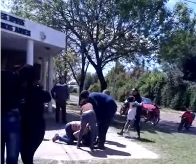 Dos madres se pelearon en la puerta de un jardín