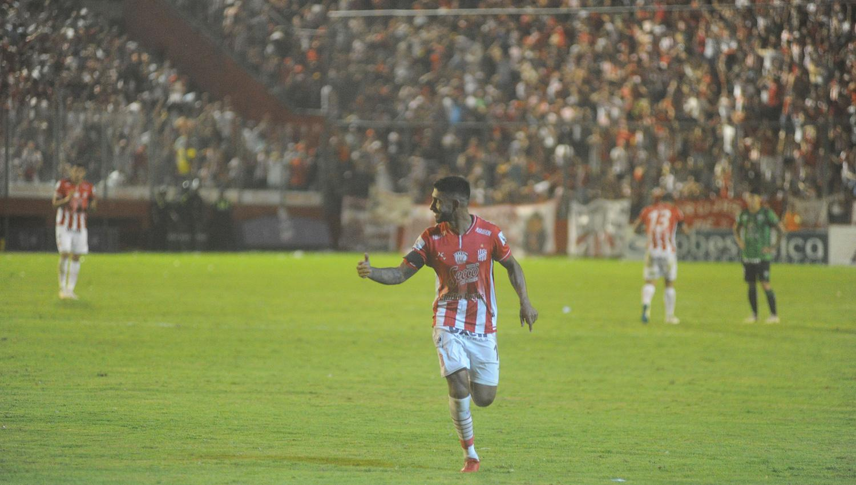 Sobre el final, Independiente liquidó a San Martín de Tucumán