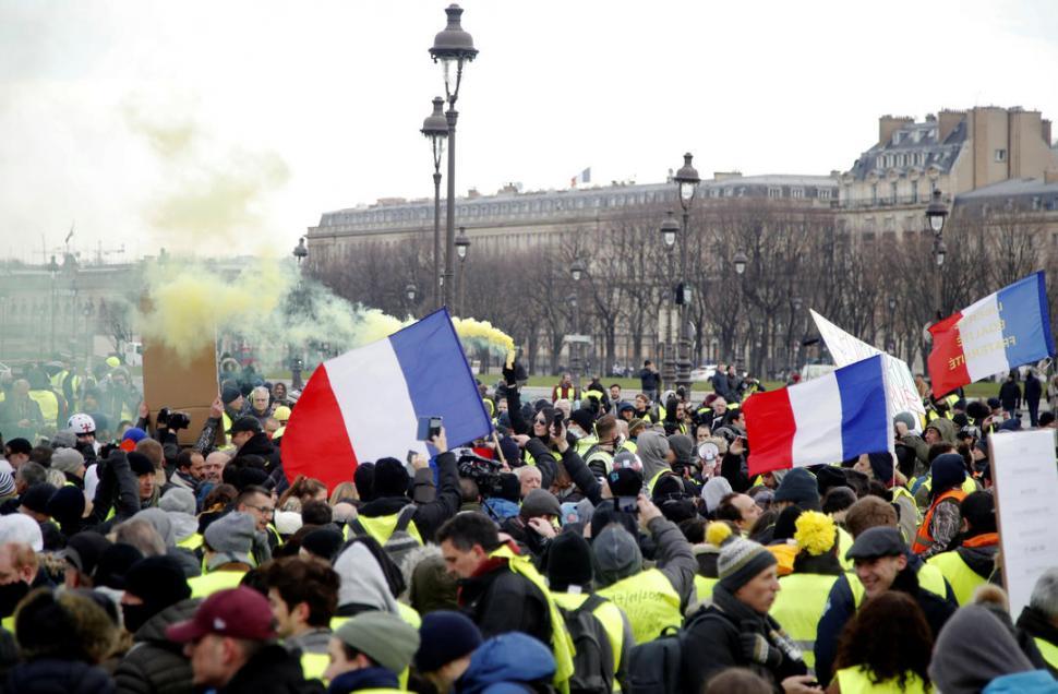 Chalecos amarillos marchan por décimo fin de semana en Francia