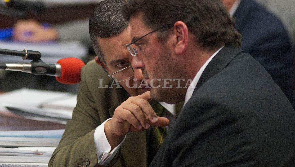 El abogado defensor Gustavo Morales, conversa con el abogado de la Provincia, Carlos Parajón Ferullo. LA GACETA / FOTO DE JORGE OLMOS SGROSSO