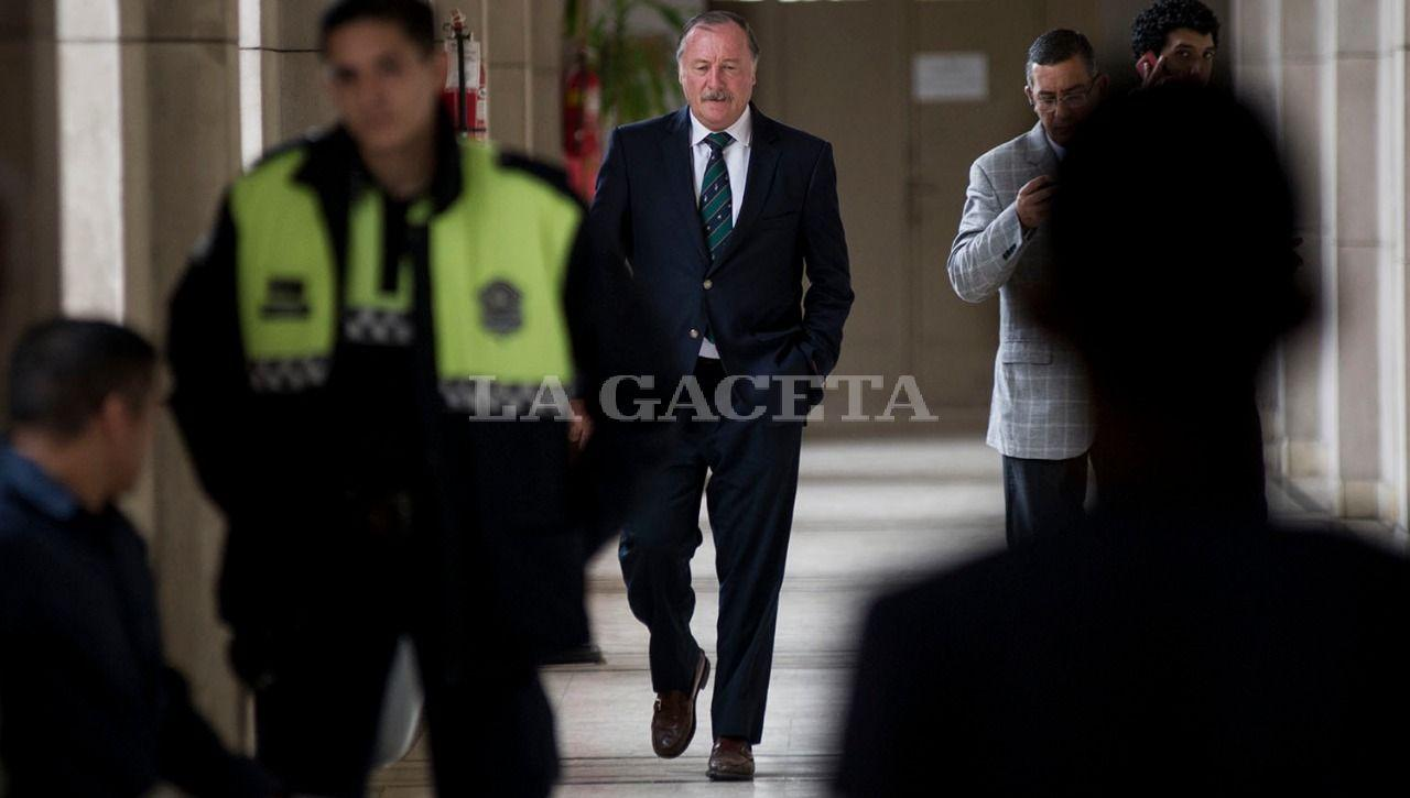 EL imputado por encubrimiento y ex secretario de seguridad de la Provincia, Eduardo Di Lella, camina por los pasillos de tribunales con su abogado defensor. LA GACETA / FOTO DE JORGE OLMOS SGROSSO