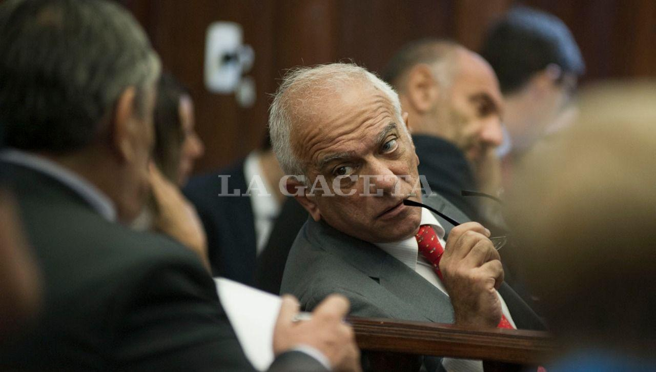 El abogado Emilio Mrad, interactúa durante la audiencia con Alberto Lebbos, integrante de la querrella. LA GACETA / FOTO DE JORGE OLMOS SGROSSO
