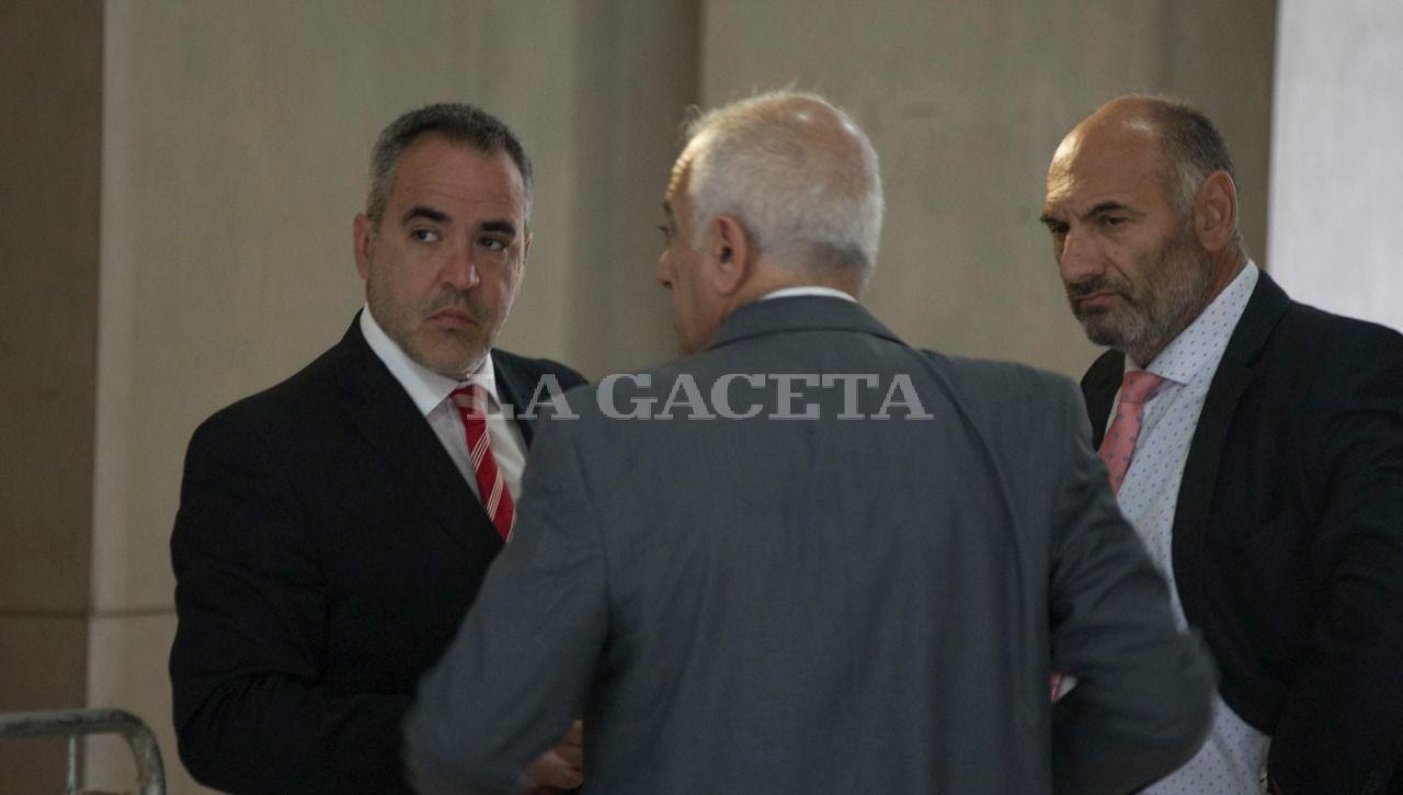 Los fiscales Diego López Ávila y Carlos Sale, conversan con el abogado defensor, Emilio Mrad. LA GACETA / FOTO DE JORGE OLMOS SGROSSO