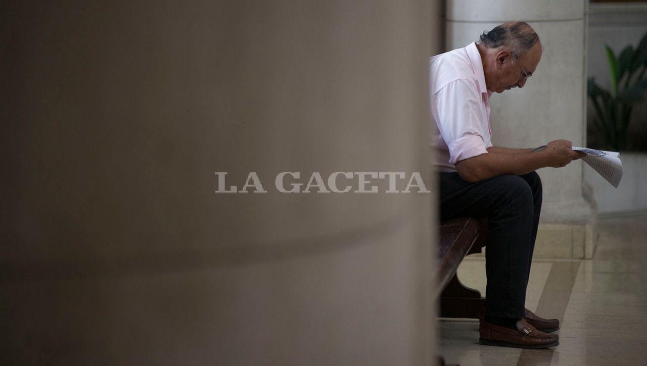El sargento retirado, Hugo Rodríguez, quien al principio del juicio declaró que fue amenazo para decir que la policía encontró el cuerpo, lee un expediente relacionado a la causa durante un cuarto intermedio. LA GACETA / FOTO DE JORGE OLMOS SGROSSO