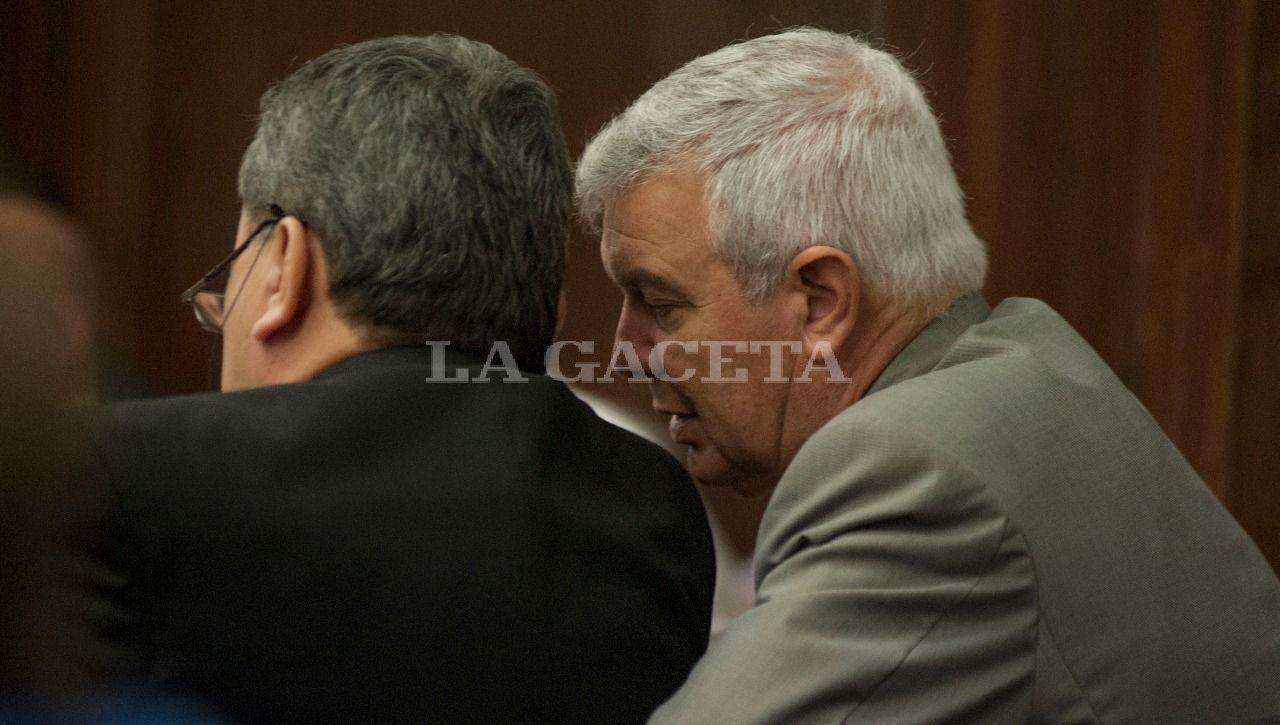 El ex Jefe de Policía, Hugo Sánchez, conversa con su abogado defensor Andrada Barone. LA GACETA / FOTO DE JORGE OLMOS SGROSSO