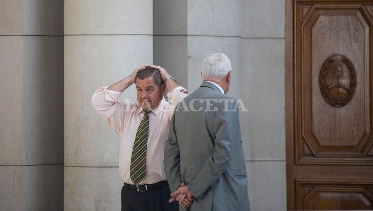 Los acusados por encubrimiento, Hugo Sánchez y Nicolás Barrera, que eran Jefe y sub Jefe de Policía al momento del crimen de Paulina Lebbos, se cruzan en los pasillos de Tribunales. LA GACETA / FOTO DE JORGE OLMOS SGROSSO