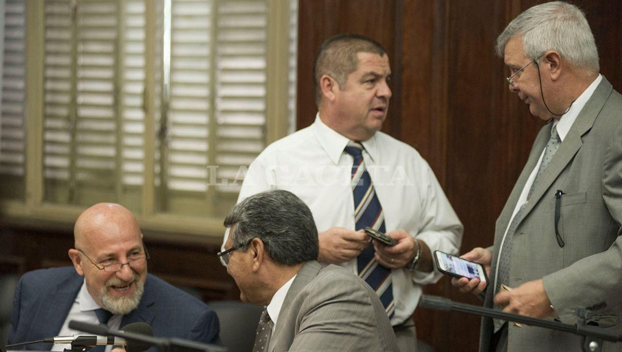 El abogado Cergio Morfil con su defendido Héctor Brito, junto a Nicolás Barrera y Hugo Sánchez. LA GACETA / FOTO DE JORGE OLMOS SGROSSO