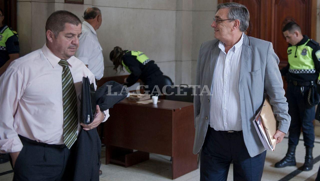 El imputado y ex sub Jefe de Policía, Nicolás Barrera y el querellante Alberto Lebbos, padre de Paulina. LA GACETA / FOTO DE JORGE OLMOS SGROSSO