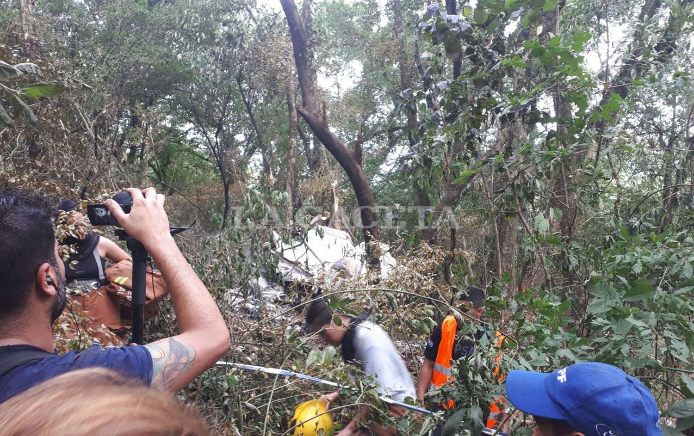 Rescatistas trabajan en el lugar en el que cayó el avión FOTO LA GACETA/ MATÍAS QUINTANA