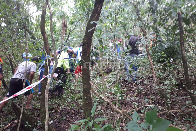 Lugareños y rescatistas, cerca de donde cayó el avión.FOTO LA GACETA/ MATÍAS QUINTANA