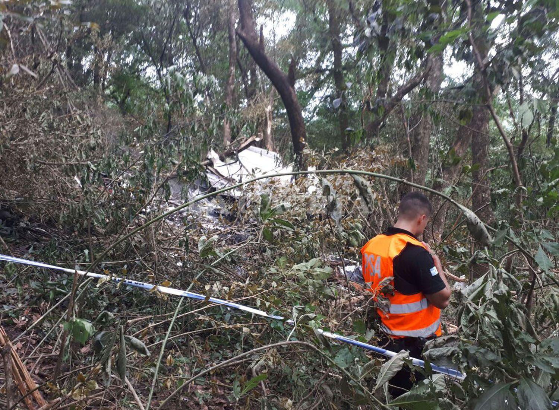 Un agente de la Policía de Seguridad Aeroportuaria custodia los restos del avión. FOTO LA GACETA/ MATÍAS QUINTANA
