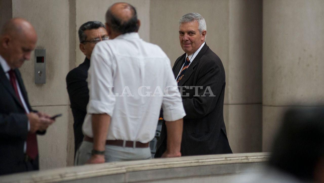 El ex  Jefe de Policía durante el gobierno de José Alperovich, Hugo Sánchez, acusado por encubrimiento,en los pasillos de tribunales durante un cuarto intermedio. LA GACETA / FOTO DE JORGE OLMOS SGROSSO