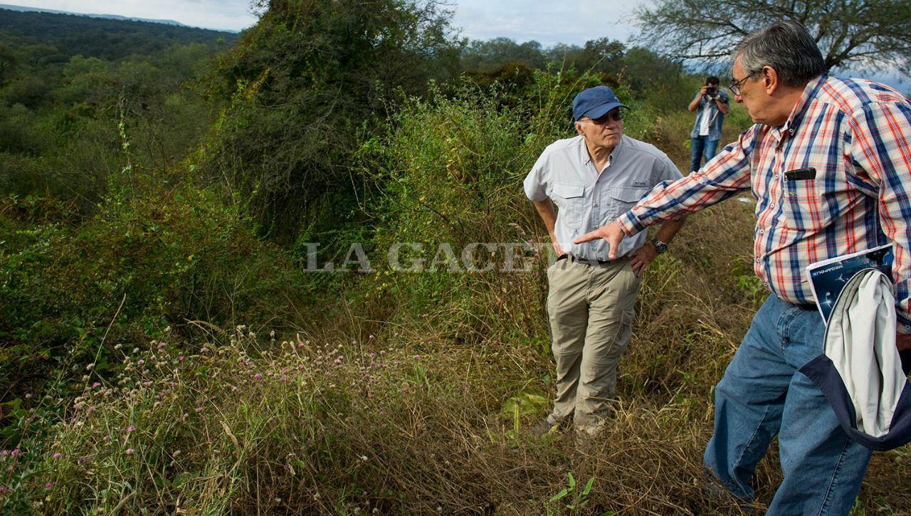 El vocal Carlos Caramuti y Alberto Lebbos, en la ruta 341 km 2,8, donde fue encontrado el cuerpo de Paulina Lebbos. LA GACETA / FOTO DE JORGE OLMOS SGROSSO