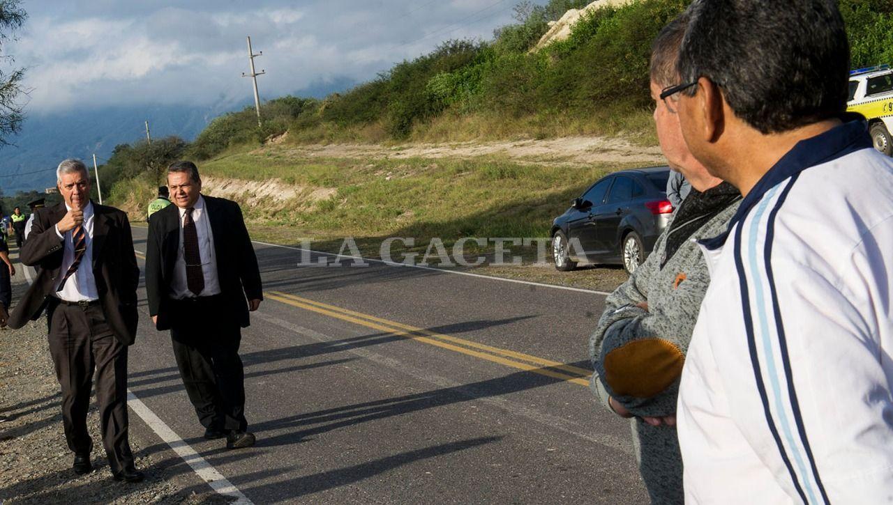 El ex Jefe de Policía, Hugo Sánchez, llegó acompañado por su abogado, Enrique Andrada Barone, a la inspección ocular en el lugar donde fue encontrado el cuerpo de Paulina Lebbos. Minutos antes llegaron Barrera y Brito. LA GACETA / FOTO DE JORGE OLMOS SGROSSO