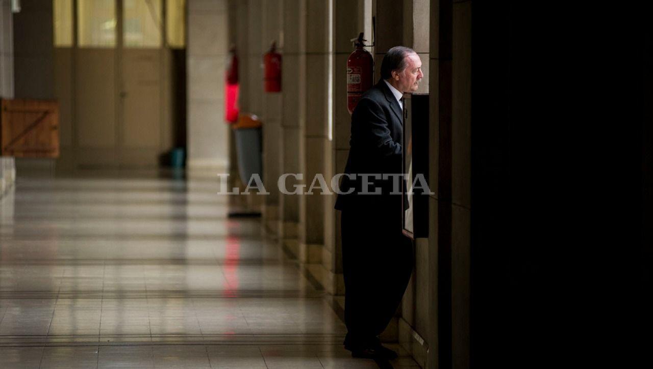 Eduardo Di Lella, quien fuera Secretario de Seguridad de la Provincia, acusado de encubrimiento, en los pasillos de Tribunales, durante un cuarto intermedio en la audiencia. LA GACETA / FOTO DE JORGE OLMOS SGROSSO