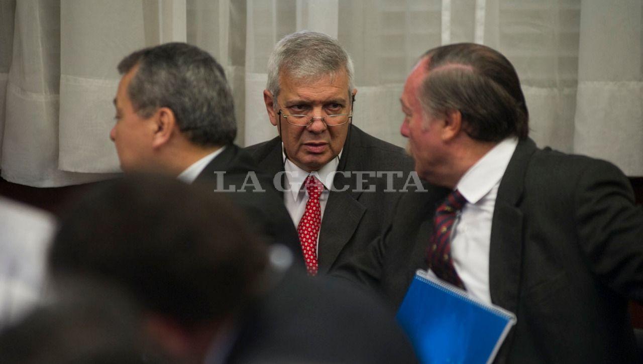 Los acusados Sánchez y Di Lella, conversan momentos antes de que se reinicie el debate. LA GACETA / FOTO DE JORGE OLMOS SGROSSO