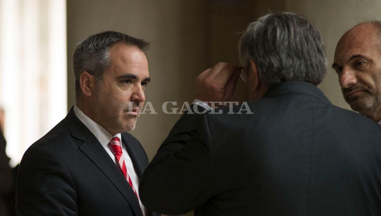 Los fiscales Diego López Ávila y Carlos Sale, junto a Alberto Lebbos. LA GACETA / FOTO DE JORGE OLMOS SGROSSO