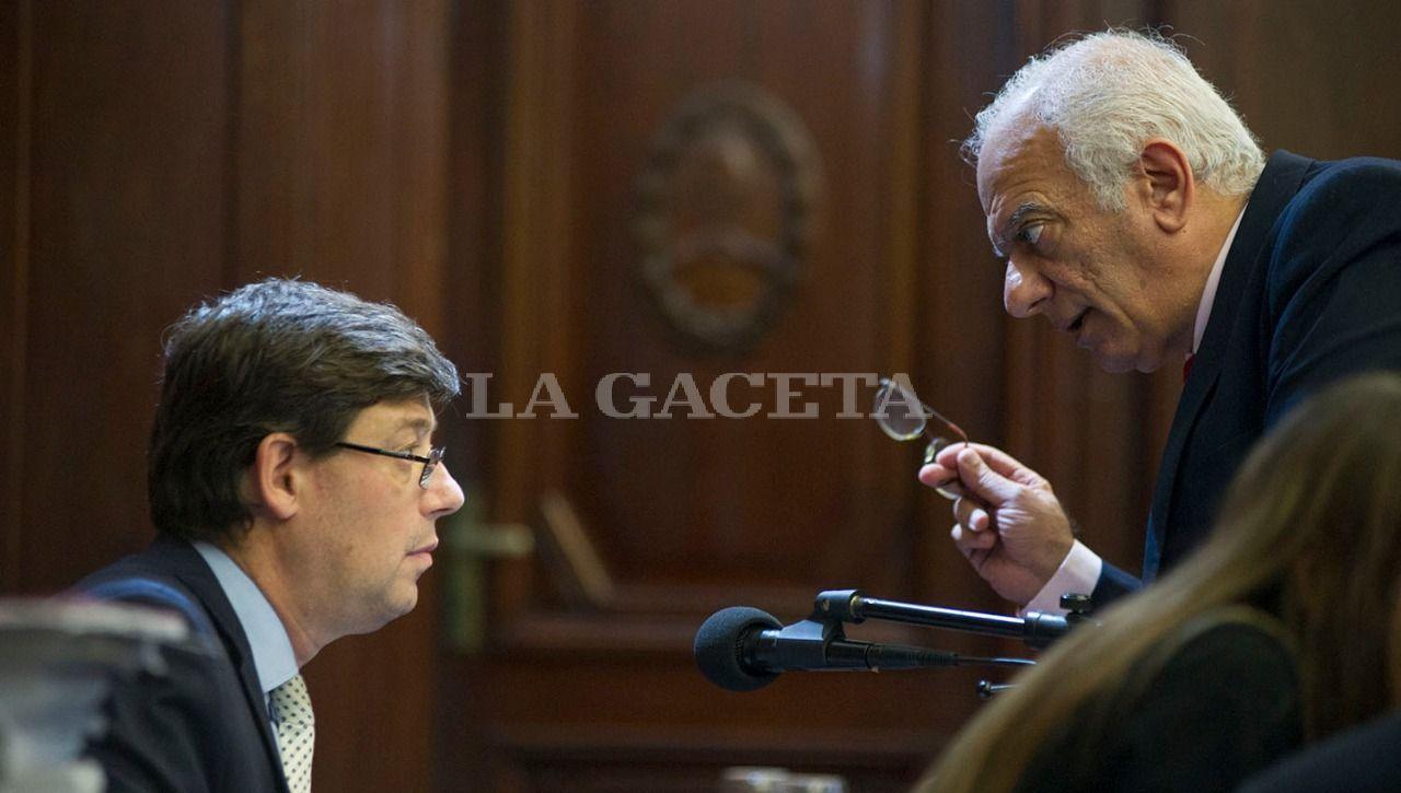 El abogado querellante, Emilio Mrad, conversa con el secretario Marcos López Frías. LA GACETA / FOTO DE JORGE OLMOS SGROSSO