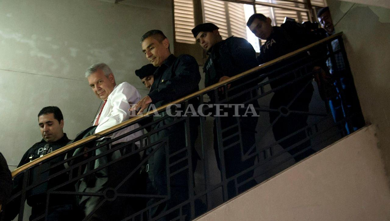 Hugo Sánchez, ex Jefe de Policía, es retirado detenido de los Tribunales. Continuará con prisión preventiva hasta el final del juicio. LA GACETA / FOTO DE JORGE OLMOS SGROSSO