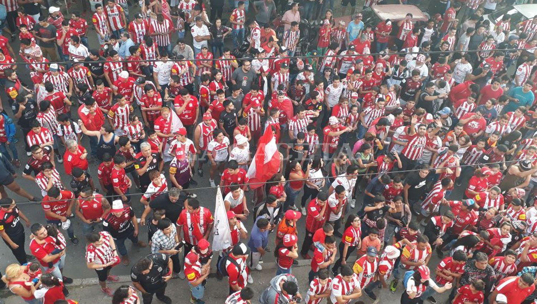 Los hinchas esperan para entrar al estadio. LA GACETA / ANALÍA JARAMILLO