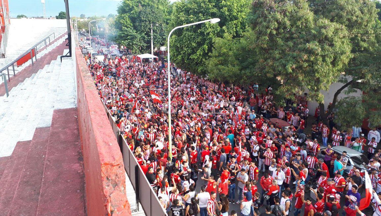Los fanáticos esperaron bajo el sol que se abrieran las puertas. LA GACETA / MATÍAS QUINTANA