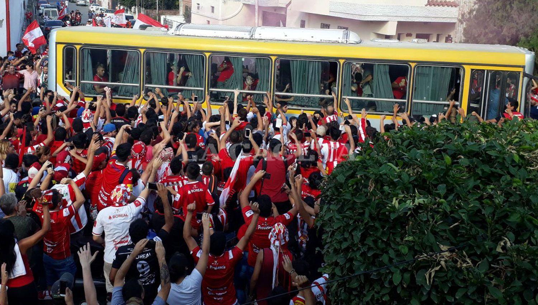 El colectivo que traslada a los jugadores avanza entre la multitud. LA GACETA / ANALÍA JARAMILLO