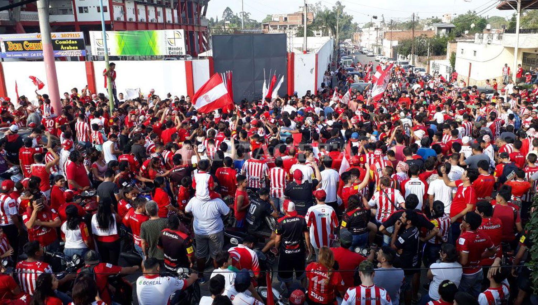Los fanáticos esperan la salida del plantel. LA GACETA / ANALÍA JARAMILLO
