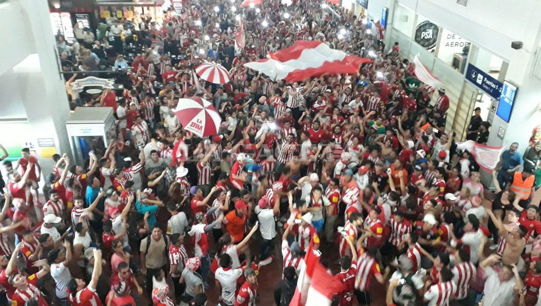 Miles de hinchas cantan dentro del aeropuerto. LA GACETA / ANALÍA JARAMILLO