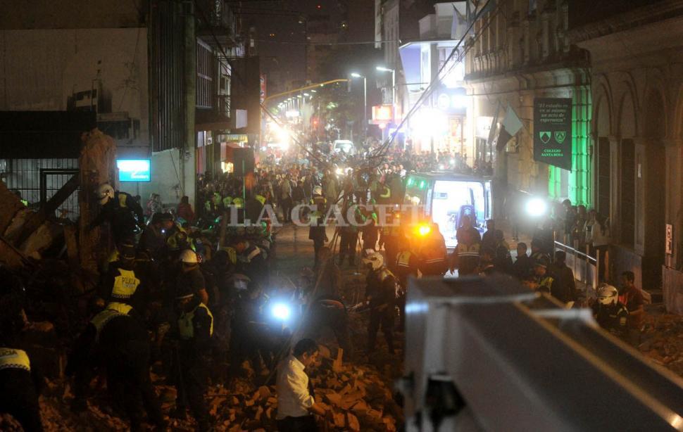 La calle 24 de Septiembre se ve desconocida. Los tucumanos acaparan el lugar y se muestran curiosos por el hecho ocurrido en el edificio ex Parravicini. FOTO LA GACETA/ ANTONIO FERRONI.