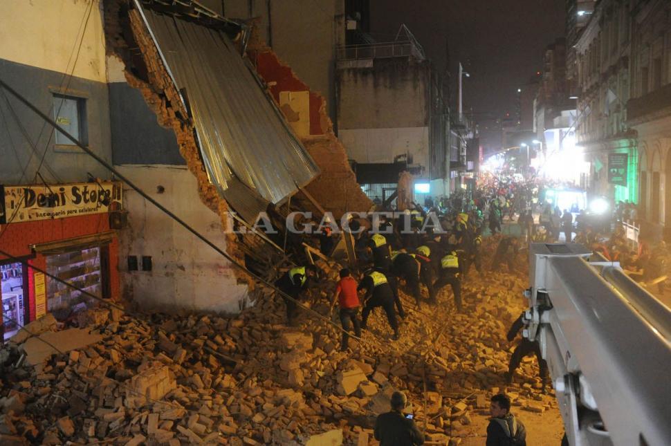 La tragedia vista desde un plano más arriba. Mientras algunos tucumanos observaban la situación, otros colaboraban para salvar a las víctimas. FOTO LA GACETA/ ANTONIO FERRONI.