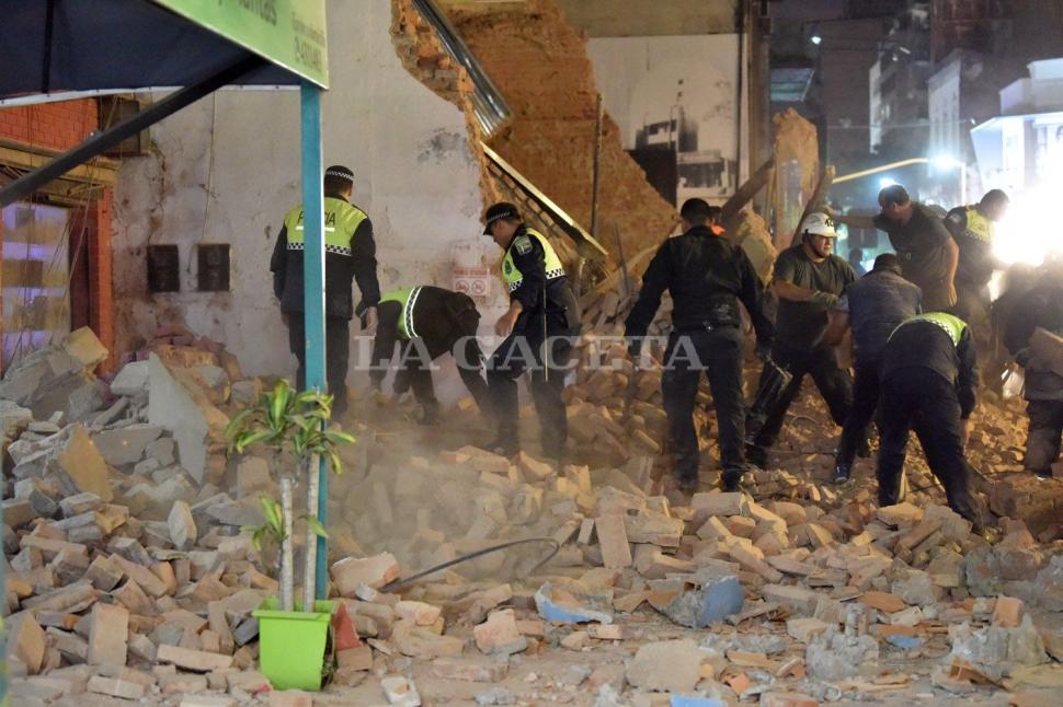 Policías trabajan en el lugar y corren los escombros. No despejan la zona, sino que los mueven hacia otro lugar para tratar de encontrar a las víctimas. FOTO LA GACETA/ INÉS QUINETEROS ORIO.